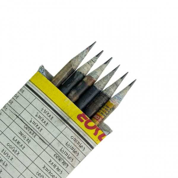 Bleistifte in Zeitungspapier-Box